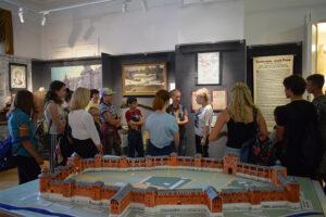 Экскурсия в выставочном зале музея