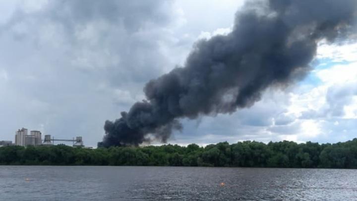 Крупный пожар в складском помещении в Щурово